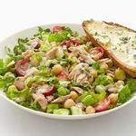 Салат из консервированного тунца и тосты с травами