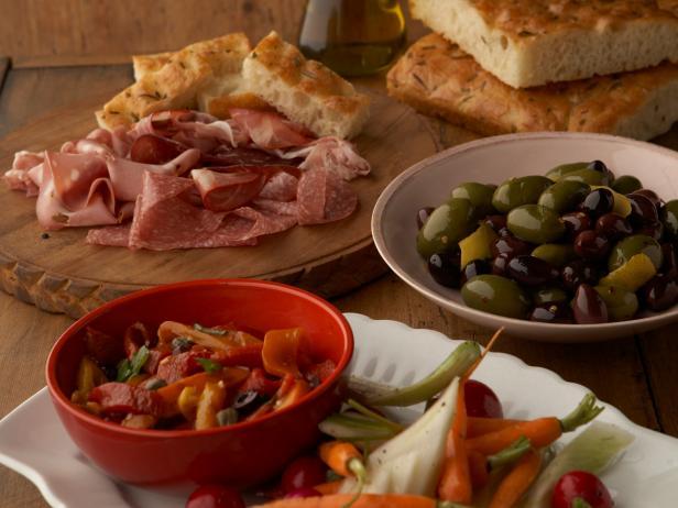 Фото Антипасти из печёных перцев, пинцимонио и маринованных оливок