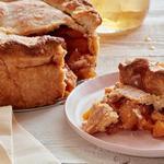 Закрытый песочный пирог со свежими персиками