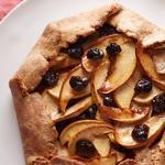 Деревенский пирог-галета с яблоками и сушёной вишней