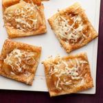 Открытые слойки с сыром и грушами