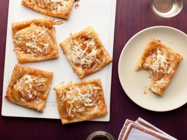 Фото Открытые слойки с сыром и грушами