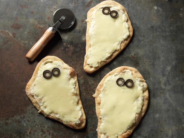 Фото Порционные сырные пиццы «Привидения»