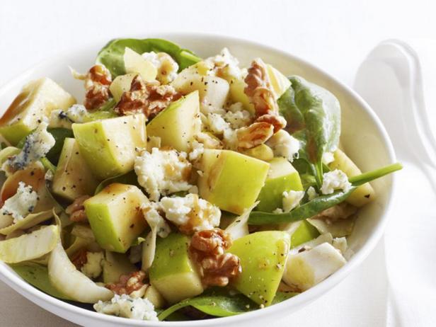 Салат с голубым сыром, грецкими орехами и яблоками