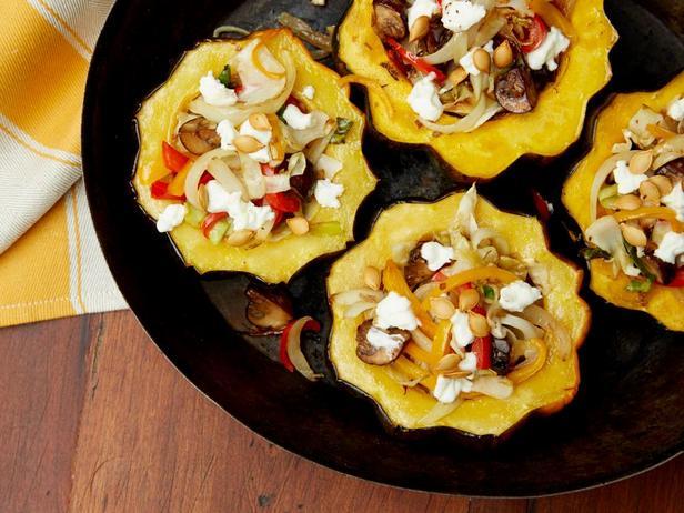 Фаршированная козьим сыром и грибами желудевая тыква