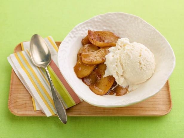 Жареные яблоки на сковороде с мороженым