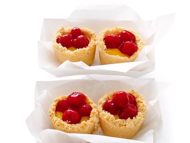 Фото Лимонные пирожные в чашах из меренги с вишнями