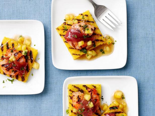 Фотография блюда - Креветки в беконе с полентой и ананасовым соусом