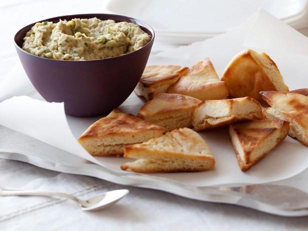 Фотография блюда - Пюре из белой фасоли с чипсами из питы