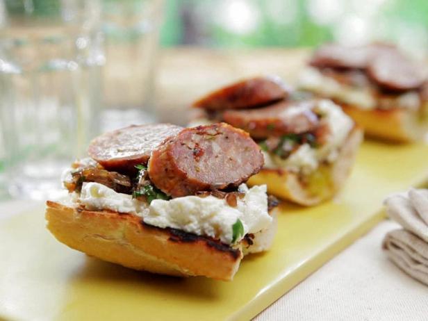 Фотография блюда - Кростини с колбасками на гриле и луком в бальзамическом сиропе