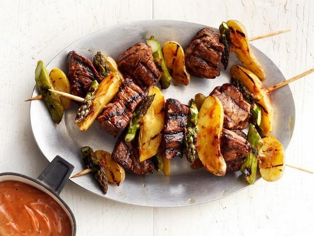 Фотография блюда - Шашлык из говяжьей вырезки с овощами