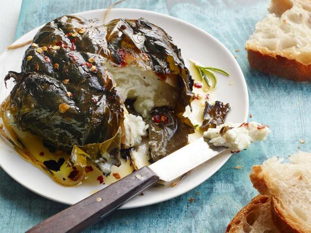 Фотография блюда - Козий сыр в виноградных листьях на гриле