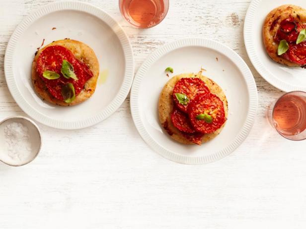Фотография блюда - Пиццетти с салями, помидорами и базиликом