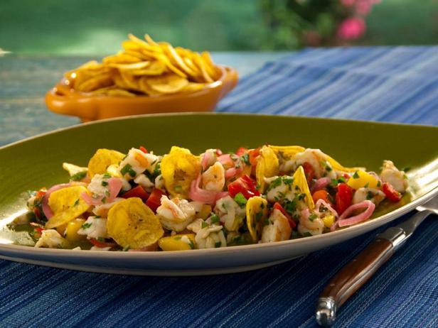 Фотография блюда - Севиче из морского окуня и креветок с перцем серрано, манго, копчёными помидорами и хрустящими банановыми чипсами