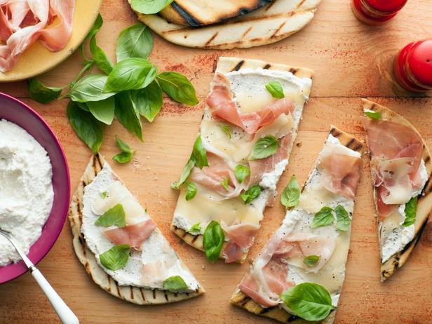 Фотография блюда - Итальянская лепёшка пьядина с сыром и прошутто