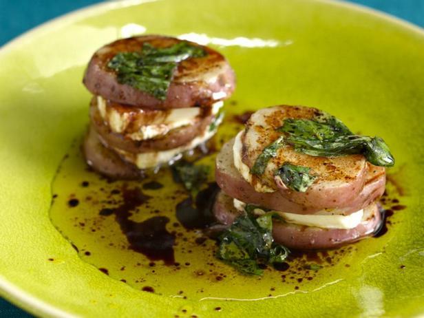 Фотография блюда - Слоёная закуска из картофеля и козьего сыра на гриле