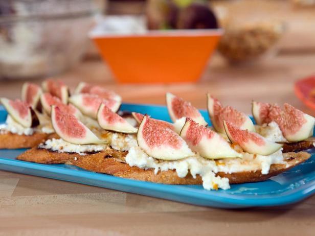 Фотография блюда - Кростини с инжиром, медовой рикоттой и фундуком