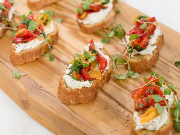 Фотография блюда - Брускетта с печеным перцем и козьим сыром