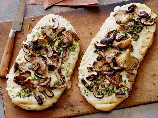 Фотография блюда - Лепёшка с грибами и трюфельным сыром на гриле