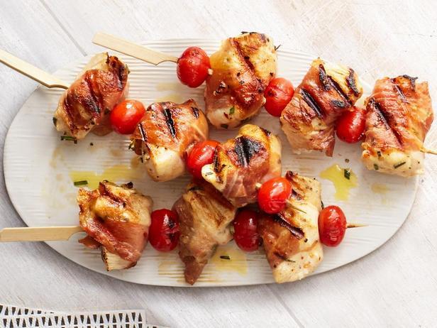 Фотография блюда - Курица гриль в беконе на шампурах