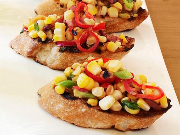 Фотография блюда - Кростини c беконом и кукурузой на гриле