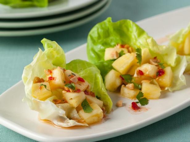 Фотография блюда - Закуска с ананасом на листьях салата и тайским соусом