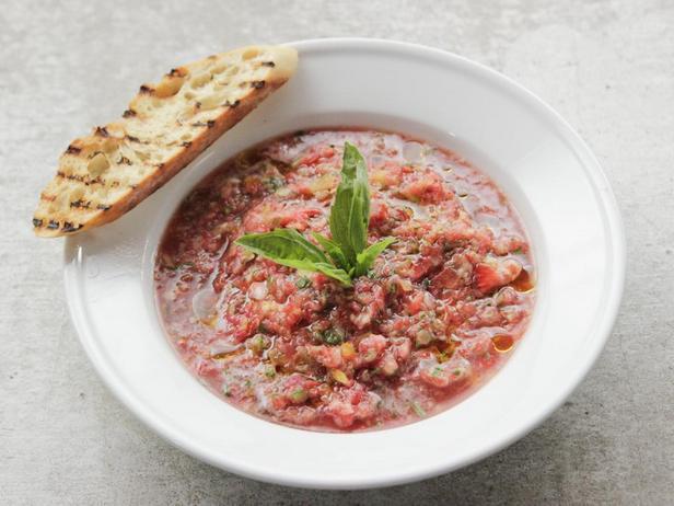 Фотография блюда - Холодный суп гаспачо с клубникой