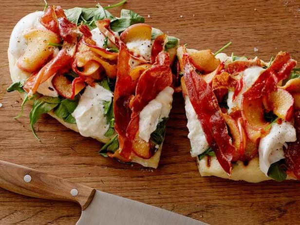 Фотография блюда - Летняя пиццетта с персиками, сыром буррата, рукколой и хрустящей ветчиной на гриле