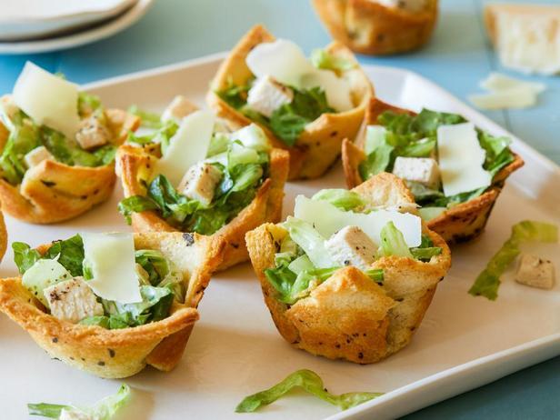 Фотография блюда - Салат «Цезарь» с пастой из анчоусов в хлебных корзинках