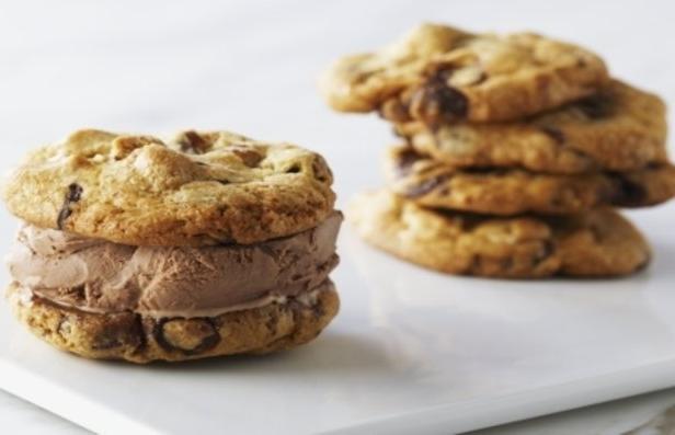 Фото Мороженое-сэндвич: летний десерт из печенья и мягкого мороженого