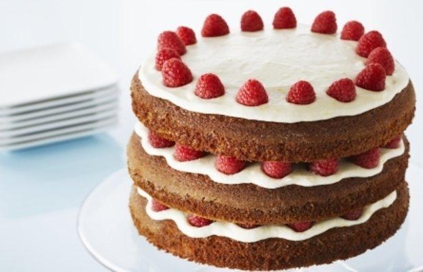 Фото Пряничный торт с лимонным масляным кремом и ягодами малины