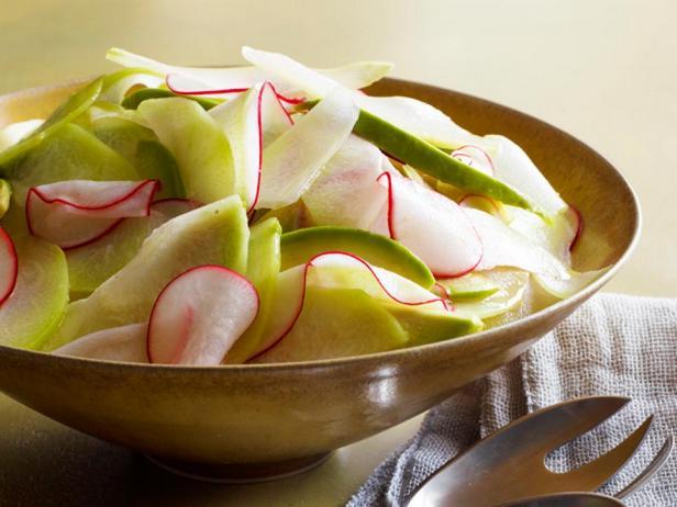 Фотография блюда - Салат из чайота и авокадо