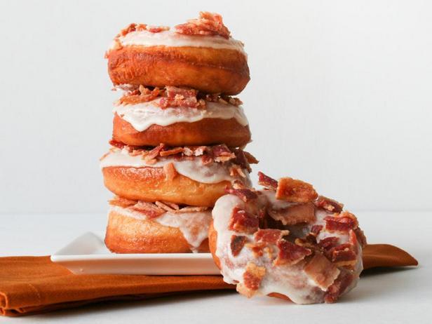 Фото блюда - Пончики с беконом и кленовым сиропом