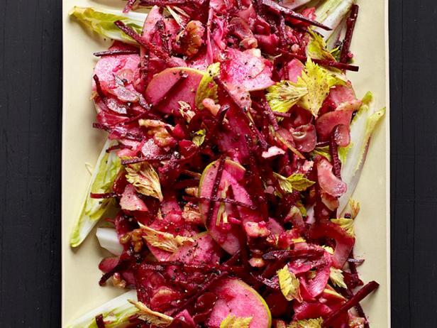 Фотография блюда - Салат из сырой свеклы с яблоком