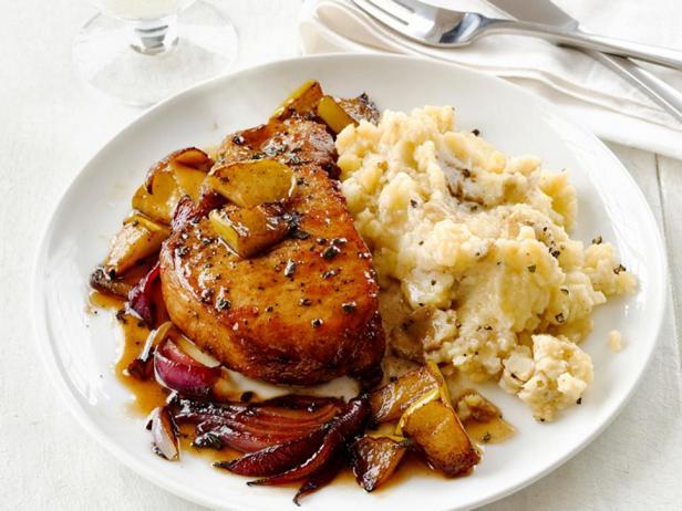 Фотография блюда - Корейка, тушеная с яблочным сидром, и гарнир из толченого картофеля с простоквашей