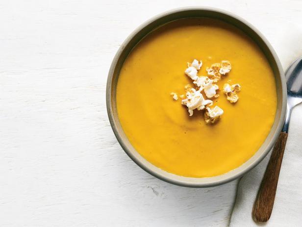 Фото блюда - Тыквенный суп-пюре с карри и попкорном
