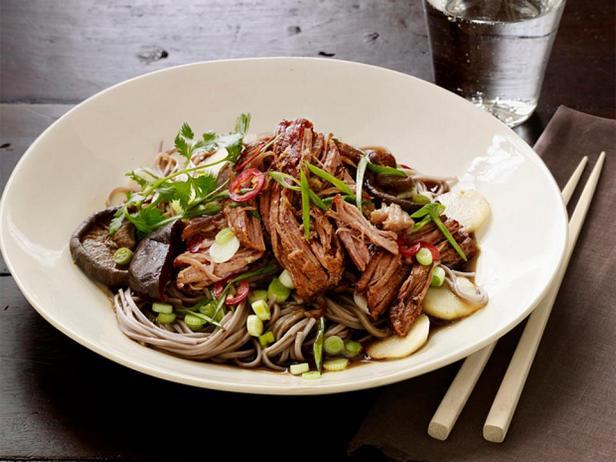 Фото блюда - Свинина в мультиварке с азиатской гречневой лапшой