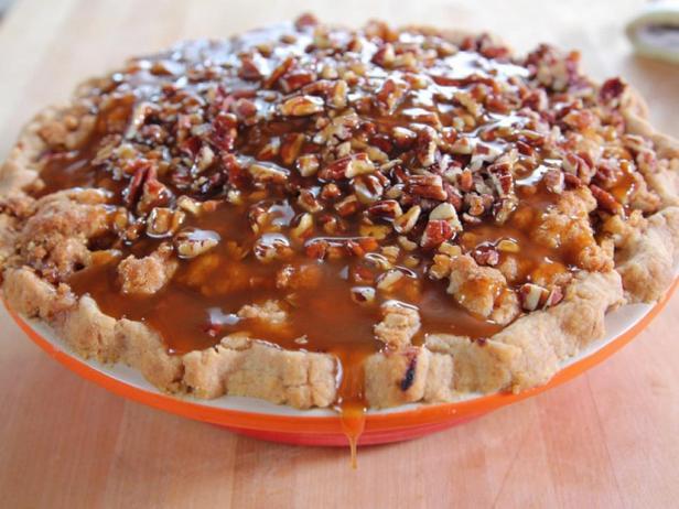 Фото блюда - Пирог с яблоками и карамельно-ореховым топпингом