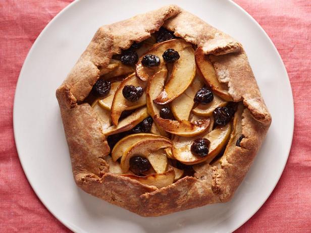 Фотография блюда - Деревенский пирог-галета с яблоками и сушёной вишней