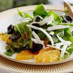 Листовой салат из шпината с жареными маслинами в апельсиново-розмариновом масле