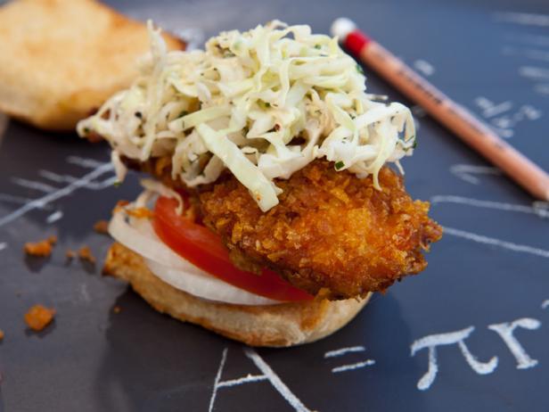 Фото Слайдер-сэндвичи с куриными пальчиками и чесночным маслом