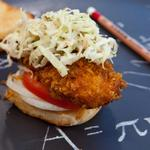 Слайдер-сэндвичи с куриными пальчиками и чесночным маслом