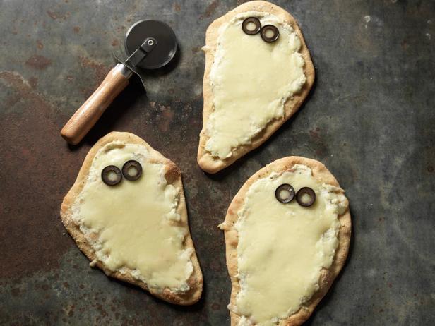 Фотография блюда - Порционные сырные пиццы «Привидения»