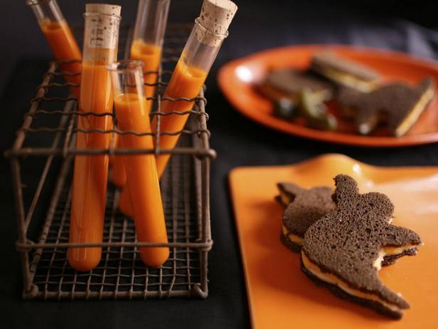 Фотография блюда - Томатный суп «Кровь вампира» и сырные сэндвичи с яблоками