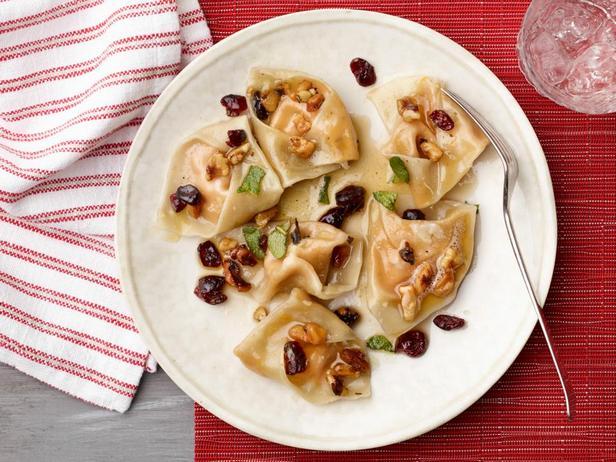 Фотография блюда - Тортеллини со сладкой тыквенной начинкой и соусом из коричневого сливочного масла