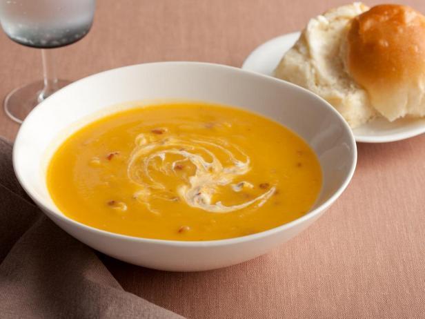 Фотография блюда - Суп пюре из мускатной тыквы с соусом чипотле