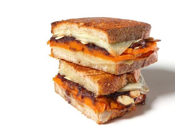Фотография блюда - Горячие сэндвичи с тыквой, сыром и карамелизированным луком