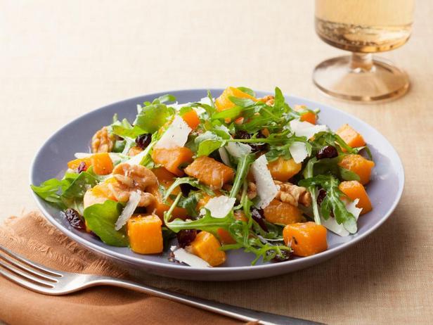 Фотография блюда - Салат из запеченной мускатной тыквы с теплым соусом винегрет, сыром и грецкими орехами