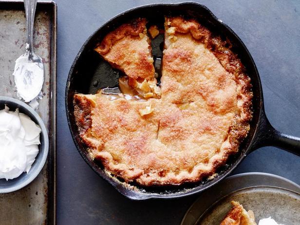 Фотография блюда - Яблочный пай со взбитыми сливками и корицей