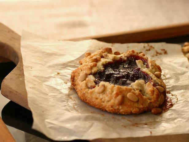 Фотография блюда - Рассыпчатые песочные пироги с орешками и апельсиновой начинкой